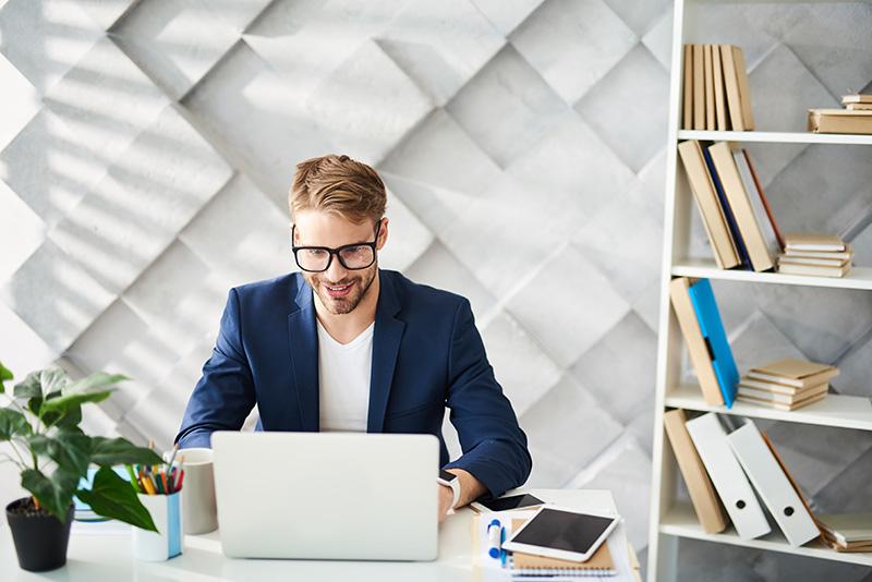 Le mode de vie actuel marqué par de nombreuses heures de travail assis devant un bureau participe grandement à la sédentarité.