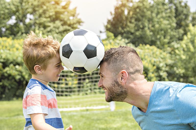 il est possible de faire du sport avec ses enfants ou pendant que les enfants font eux-mêmes du sport afin de profiter au maximum de la vie de famille et conserver une bonne santé.