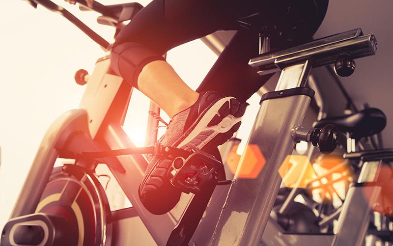 Le vélo d'appartement, soit sur home-trainer, est l'une des meilleures activités sportives à faire lorsqu'on a une côte fêlée.