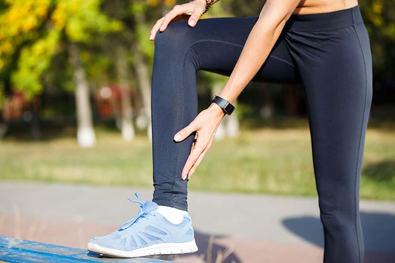 La tendinite au niveau du talon d'Achille est une douleur commune qui nécessite plusieurs semaines pour guérir mais est rarement très grave.