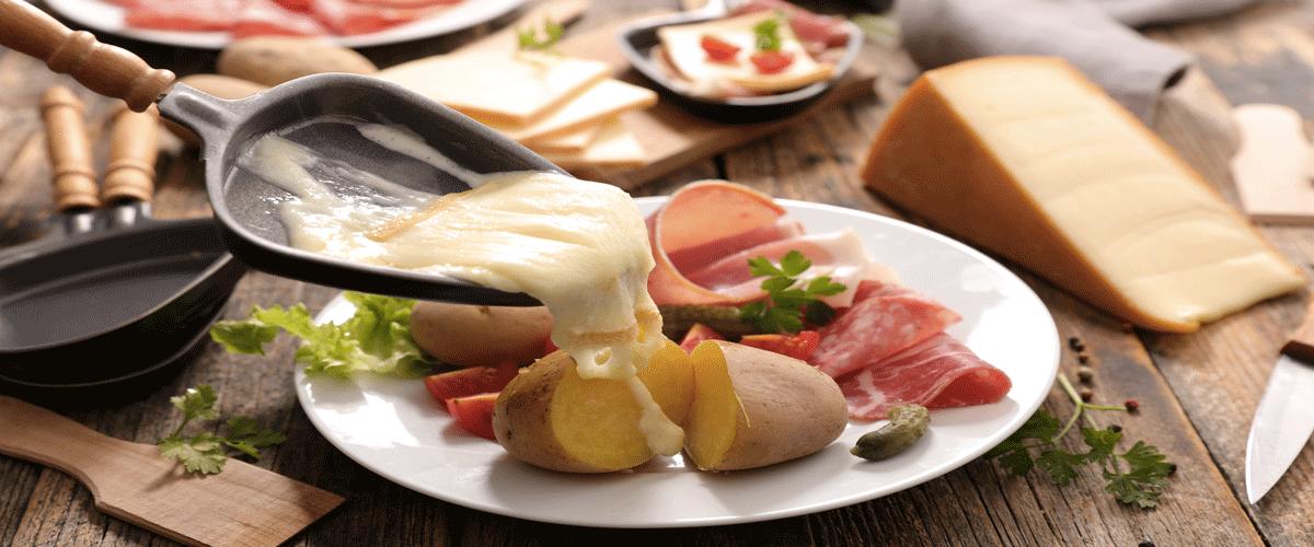 La raclette est un plat typiquement hivernal et très calorique qui peut être l'ennemi du sportif. Mais des solutions existent pour ne pas devoir en faire l'impasse.