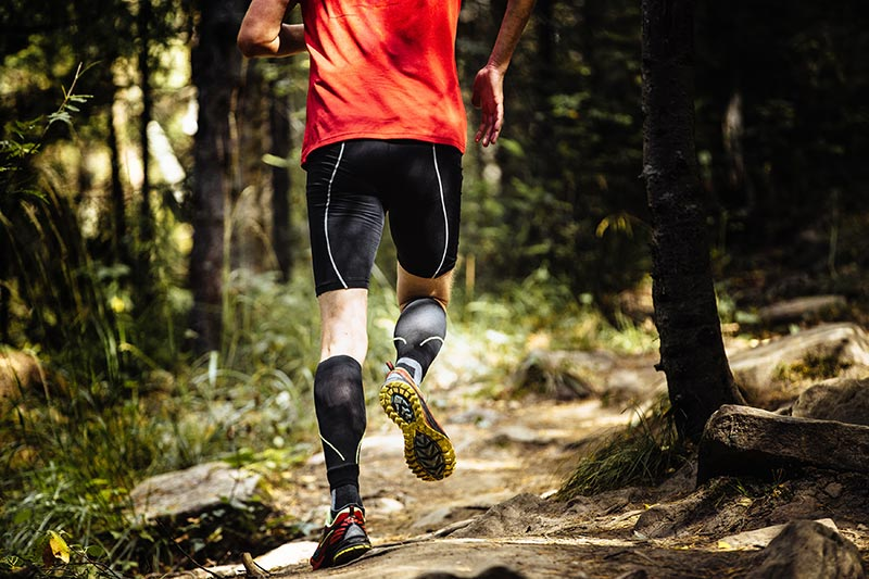 Bien qu'ils soient avant tout destinés aux sportifs, et plus particulièrement aux coureurs et aux cyclistes, les manchons de compression peuvent également aider au quotidien, surtout si vous travaillez debout.
