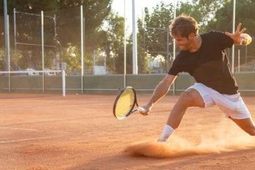 Pourquoi glisser au tennis réduit le risque de blessure ?