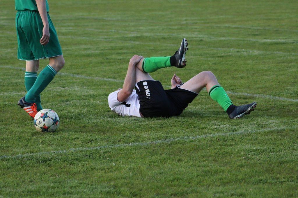 Blessure au genou pendant un match de football